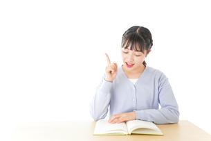 悩む若い女子学生の写真素材 [FYI04716579]