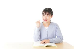 理解をして喜ぶ若い女子学生の写真素材 [FYI04716582]