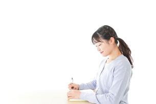 授業を受ける若い女子学生の写真素材 [FYI04716585]