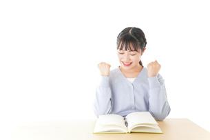 理解をして喜ぶ若い女子学生の写真素材 [FYI04716587]