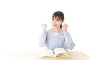 理解をして喜ぶ若い女子学生の写真素材 [FYI04716591]