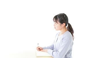授業を受ける若い女子学生の写真素材 [FYI04716592]
