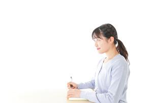 授業を受ける若い女子学生の写真素材 [FYI04716594]