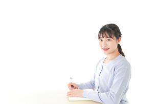 授業を受ける若い女子学生の写真素材 [FYI04716597]