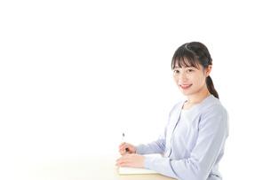 授業を受ける若い女子学生の写真素材 [FYI04716598]
