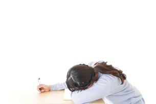 勉強をサボる若い女子学生の写真素材 [FYI04716602]