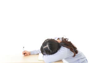 勉強をサボる若い女子学生の写真素材 [FYI04716606]