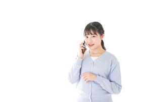 スマホを使う若い女子学生の写真素材 [FYI04716652]