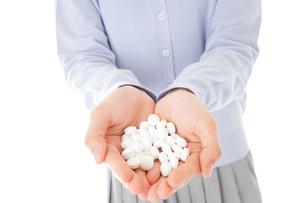 大量の薬物を飲む若い女性の写真素材 [FYI04716680]