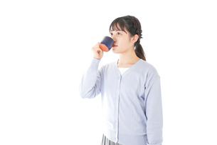 マグカップでコーヒーを飲む若い女性の写真素材 [FYI04716695]