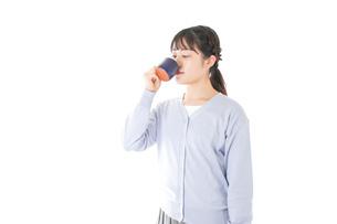 マグカップでコーヒーを飲む若い女性の写真素材 [FYI04716696]