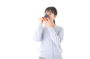 マグカップでコーヒーを飲む若い女性の写真素材 [FYI04716698]