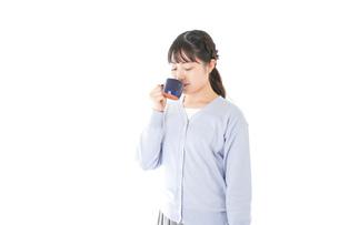 マグカップでコーヒーを飲む若い女性の写真素材 [FYI04716702]