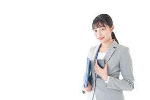 オフィスで働く若いビジネスウーマンの写真素材 [FYI04716706]