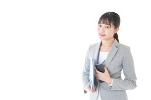 オフィスで働く若いビジネスウーマンの写真素材 [FYI04716707]
