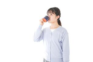 マグカップでコーヒーを飲む若い女性の写真素材 [FYI04716708]