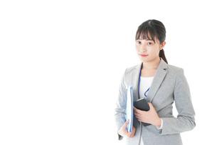 オフィスで働く若いビジネスウーマンの写真素材 [FYI04716709]