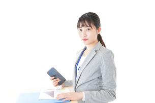オフィスで働く若いビジネスウーマンの写真素材 [FYI04716710]