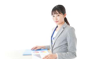 オフィスで働く若いビジネスウーマンの写真素材 [FYI04716711]
