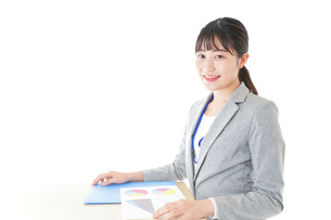 オフィスで働く若いビジネスウーマンの写真素材 [FYI04716715]
