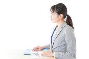 オフィスで働く若いビジネスウーマンの写真素材 [FYI04716716]