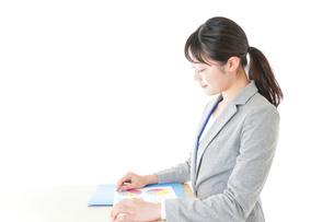 オフィスで働く若いビジネスウーマンの写真素材 [FYI04716718]