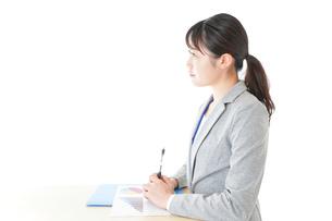 オフィスで働く若いビジネスウーマンの写真素材 [FYI04716721]