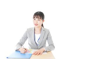 オフィスで働く若いビジネスウーマンの写真素材 [FYI04716722]