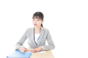 オフィスで働く若いビジネスウーマンの写真素材 [FYI04716725]