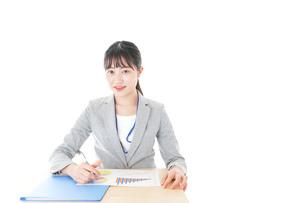 オフィスで働く若いビジネスウーマンの写真素材 [FYI04716732]