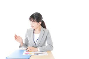 オフィスで働く若いビジネスウーマンの写真素材 [FYI04716734]