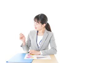 オフィスで働く若いビジネスウーマンの写真素材 [FYI04716735]