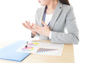 オフィスで働く若いビジネスウーマンの写真素材 [FYI04716745]