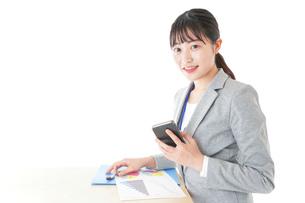オフィスで働く若いビジネスウーマンの写真素材 [FYI04716746]