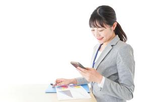 オフィスで働く若いビジネスウーマンの写真素材 [FYI04716749]