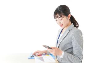 オフィスで働く若いビジネスウーマンの写真素材 [FYI04716751]