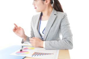 オフィスで働く若いビジネスウーマンの写真素材 [FYI04716752]