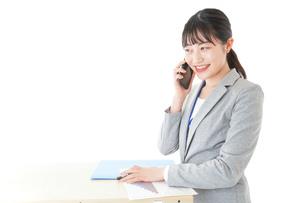 オフィスで働く若いビジネスウーマンの写真素材 [FYI04716757]