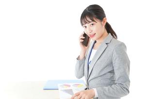 オフィスで働く若いビジネスウーマンの写真素材 [FYI04716758]
