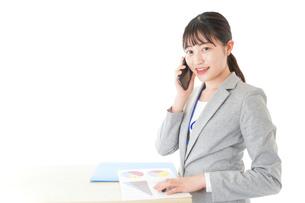 オフィスで働く若いビジネスウーマンの写真素材 [FYI04716759]