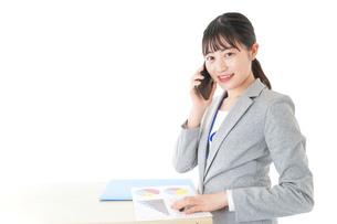 オフィスで働く若いビジネスウーマンの写真素材 [FYI04716760]