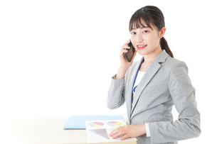 オフィスで働く若いビジネスウーマンの写真素材 [FYI04716761]