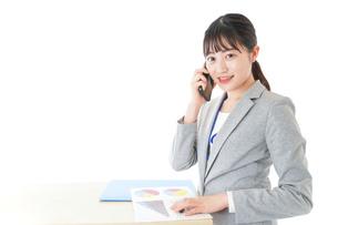 オフィスで働く若いビジネスウーマンの写真素材 [FYI04716763]