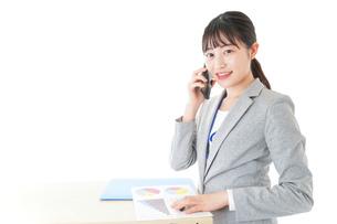 オフィスで働く若いビジネスウーマンの写真素材 [FYI04716764]