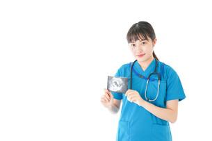 妊婦のエコー画像と笑顔の若いナースの写真素材 [FYI04716771]