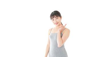 ビューティーアドバイスをする若い女性の写真素材 [FYI04716842]