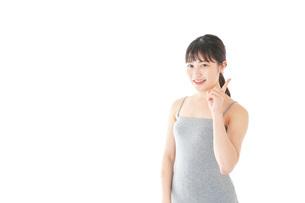 ビューティーアドバイスをする若い女性の写真素材 [FYI04716846]
