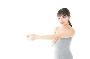 ビューティーケアをする若い女性の写真素材 [FYI04716857]