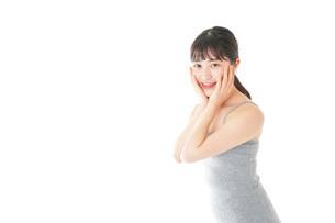 ビューティーケアをする若い女性の写真素材 [FYI04716860]