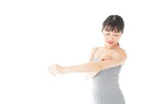 ビューティーケアをする若い女性の写真素材 [FYI04716864]